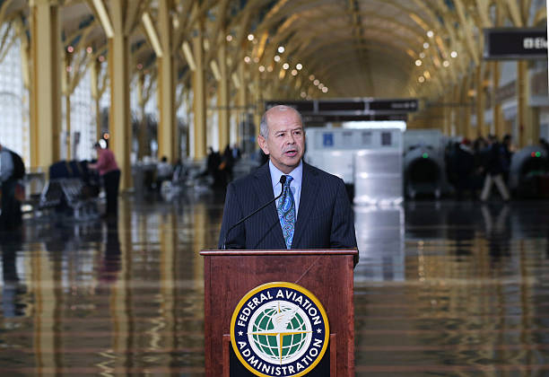 FAA Administrator Michael Huerta Discusses Portable Electronic Device Rules For Flights:ニュース(壁紙.com)