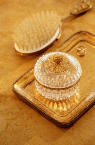 Tray「Brush and Jewelry Jar」:スマホ壁紙(17)