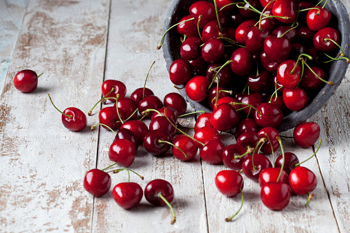 Cherry「Cherries on wood」:スマホ壁紙(7)