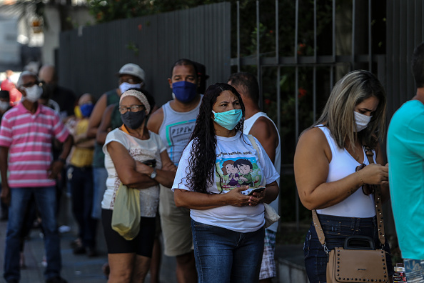 Brazil「Crowds Line Up at Caixa Economica Federal to Receive Urgent Government Benefit Amidst the Coronavirus (COVID - 19) Pandemic」:写真・画像(16)[壁紙.com]