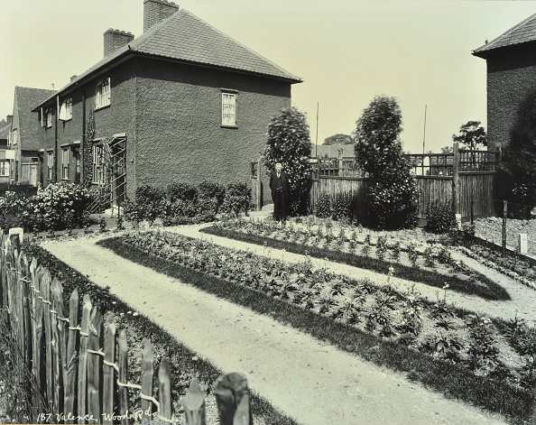 Flowerbed「Garden At 187 Valence Wood Road, Becontree Estate, Ilford, London, 1929.  .」:写真・画像(17)[壁紙.com]
