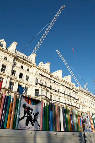 Surrounding「Unusual decorative hoarding made up of giant stationery items surrounding a re-furbishment project on town houses, Bayswater Road, London, UK」:写真・画像(17)[壁紙.com]