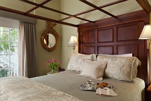 盆「Traditional bedroom interior with tea and cookies on the bed」:スマホ壁紙(15)