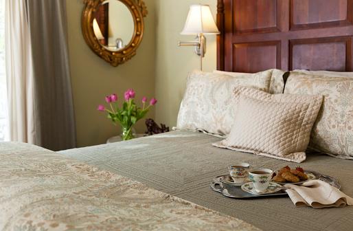 盆「Traditional bedroom interior with tea and cookies on the bed」:スマホ壁紙(14)