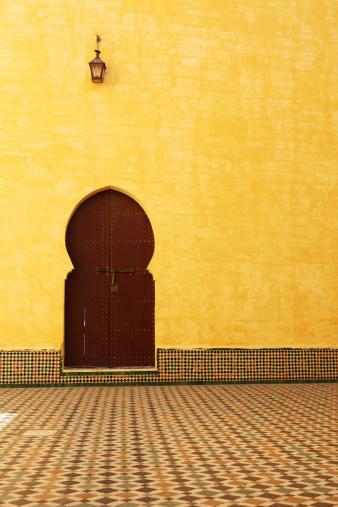 北アフリカ「伝統的なモロッコのドアの内側にムーレイイスマイル廟」:スマホ壁紙(18)