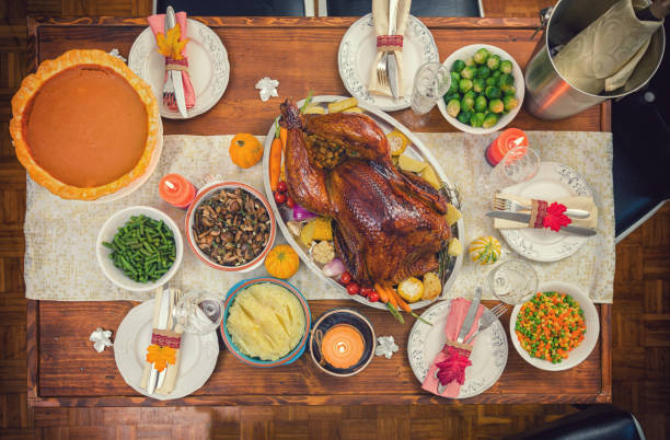 Traditional Stuffed Turkey with Side Dishes for Thanksgiving Day:スマホ壁紙(壁紙.com)