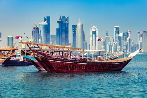 アラビア海「ドーハ、カタールの近代的なスカイラインと伝統的なダウ船」:スマホ壁紙(9)