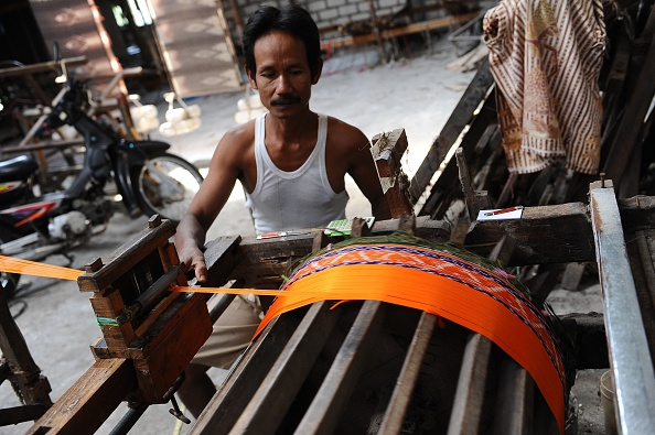 Tradition「Traditional Sarong Weavers See Huge Rise In Demand Over Ramadan Period」:写真・画像(9)[壁紙.com]