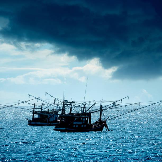 Traditional fishing boats on Gulf Of Thailand sea:スマホ壁紙(壁紙.com)