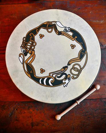 Folk Music「Traditional Irish Scene with Bodhran Drum on wooden bar counter」:スマホ壁紙(8)