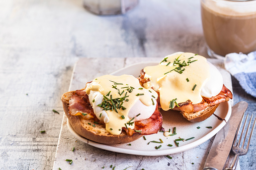 Hollandaise Sauce「Traditional egg benedict with slices of bacon on toast,  poached egg and hollandaise」:スマホ壁紙(5)