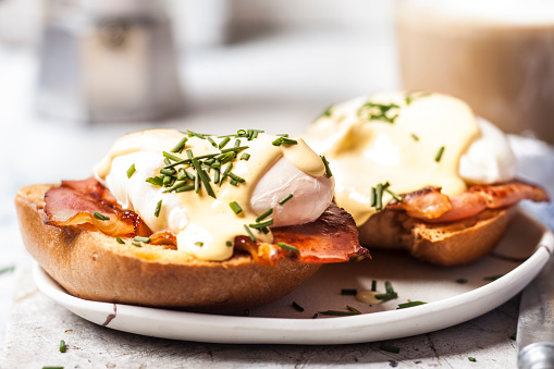 Hollandaise Sauce「Traditional egg benedict with slices of bacon on toast,  poached egg and hollandaise」:スマホ壁紙(19)
