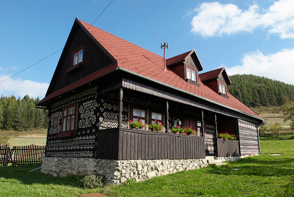Tradition「Traditional wooden cottage with the famous white painted symbolism of local crafts of Cicmany, Slovakia」:写真・画像(17)[壁紙.com]