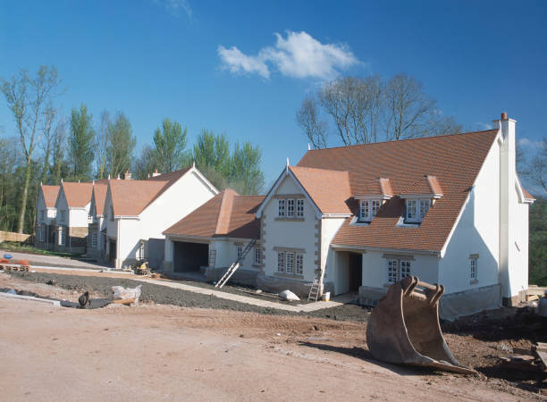 Traditional new build houses, view of row of detached houses in gated community, Wales.:ニュース(壁紙.com)