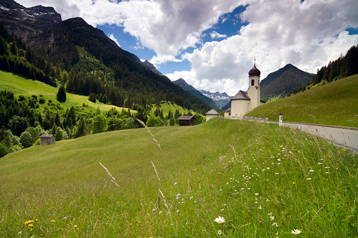 Lech「traditional austrian church with mountains in background」:スマホ壁紙(13)