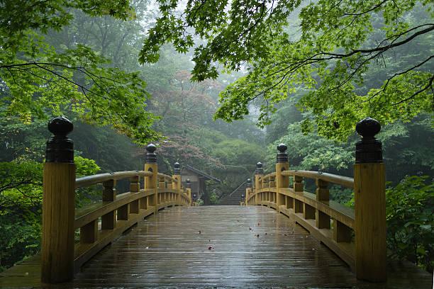 Traditional Japanese bridge in rain:スマホ壁紙(壁紙.com)
