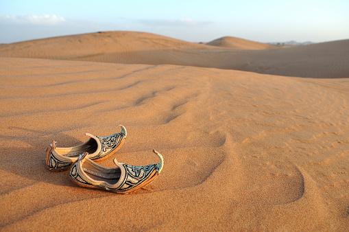 Arabic Style「Traditional Arabic Sandals on Desert Sand Dunes」:スマホ壁紙(17)