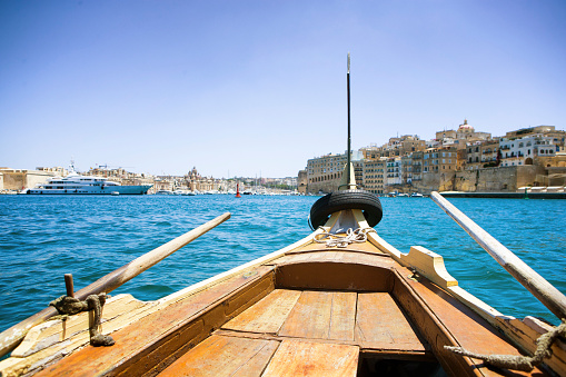 Tradition「Traditional wooden water taxi crossing port from Valletta to the Three Cities, Malta」:スマホ壁紙(17)