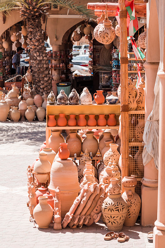 Gift Shop「Traditional pottery in market stall, Nizwa, Oman」:スマホ壁紙(5)