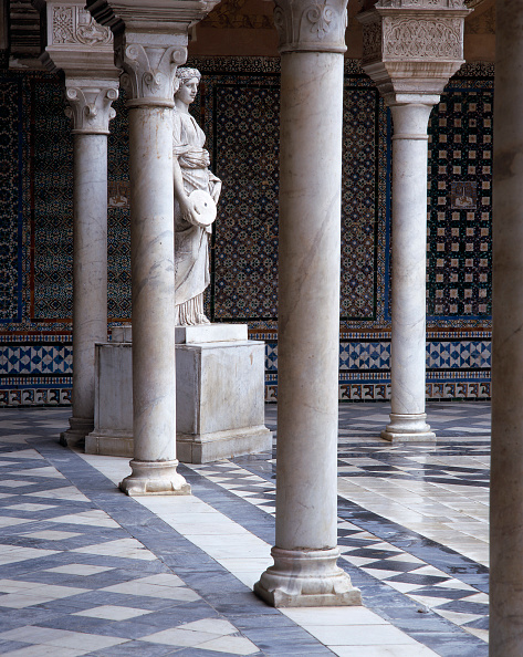 Tiled Floor「Traditional courtyard with statue and pillars」:写真・画像(13)[壁紙.com]