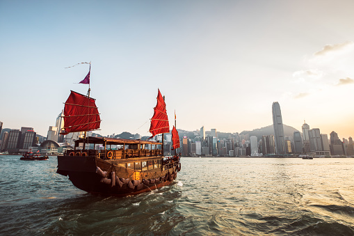 Victoria Harbour - Hong Kong「Traditional Junk Boat at the Victoria Harbour」:スマホ壁紙(11)