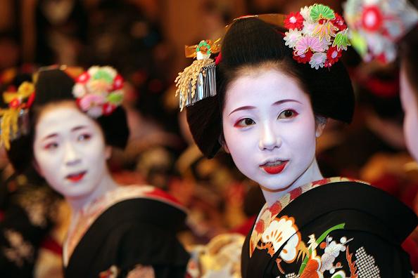祇園甲部歌舞練場「Maiko and Geiko Celebrate New Year」:写真・画像(0)[壁紙.com]