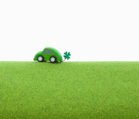 四葉のクローバー「Toy eco car on the green ground.」:スマホ壁紙(11)