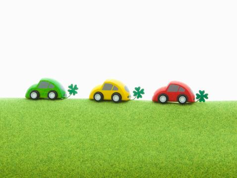 四葉のクローバー「Toy eco cars on the green ground.」:スマホ壁紙(9)