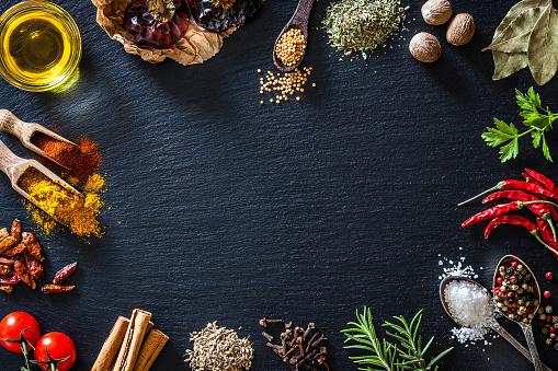 Salt - Seasoning「Cooking nd seasoning spices border on black slate background」:スマホ壁紙(4)
