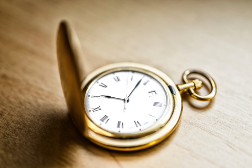 Watch - Timepiece「gold vintage pocket watch on wood table」:スマホ壁紙(6)