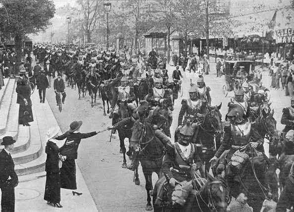 France「French Cuirassiers Riding Through The Streets Of Paris On Their Way On The Front 1914」:写真・画像(13)[壁紙.com]