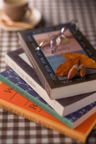 どんぐり セレクティブフォーカス「Book and Eyeglasses」:スマホ壁紙(9)