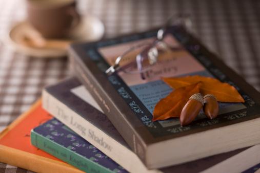 どんぐり セレクティブフォーカス「Book and Eyeglasses」:スマホ壁紙(8)