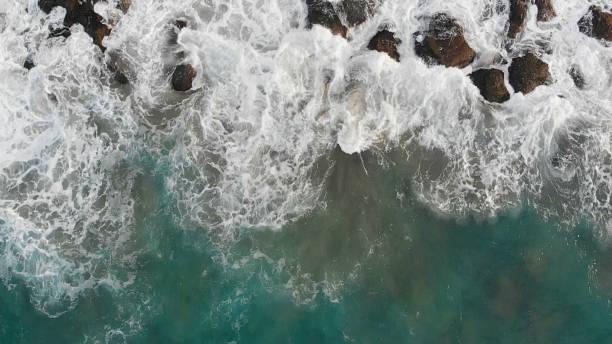 Waves Over Rocky Sea:スマホ壁紙(壁紙.com)