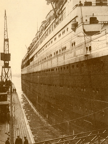 Construction Machinery「View Of Starboard Side Of The Majestic As She Entered The Floating Dry Dock」:写真・画像(8)[壁紙.com]