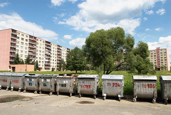 In A Row「Refuse and recycling bins outside flats, Brezno, Slovakia」:写真・画像(4)[壁紙.com]