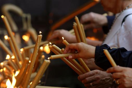 Pilgrimage「Multiple pairs of hands lighting gold candles」:スマホ壁紙(17)