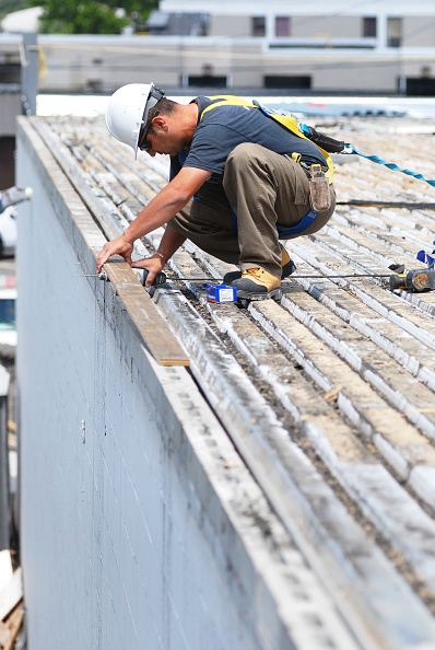 Finance and Economy「roof worker tied off, Bassi Construction, 1818 Woodward, warehouse project, in progress, Ottawa, Ontario, Canada」:写真・画像(14)[壁紙.com]