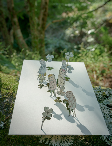 Paper Craft「People with clover」:スマホ壁紙(19)