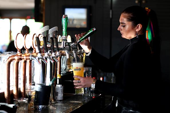 Pouring「Bars Reopen Across New Zealand Under COVID-19 Alert Level 2」:写真・画像(19)[壁紙.com]