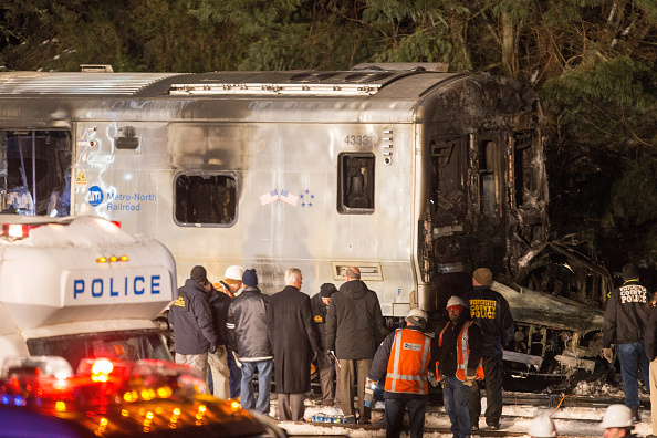 Transportation Event「Metro North Commuter Train Collides With Two Vehicles At Least Killing 6」:写真・画像(6)[壁紙.com]