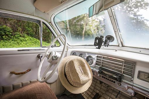 Cuban Culture「Cuban hat inside a vintage car in Cuba」:スマホ壁紙(14)