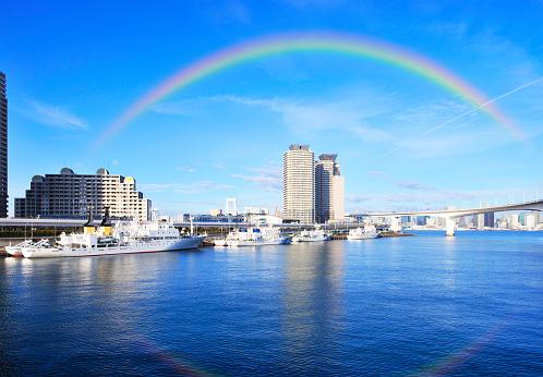 虹「Rainbow Bridge and rainbow, Minato ward, Tokyo Prefecture, Honshu, Japan」:スマホ壁紙(3)