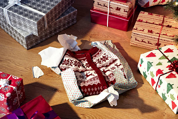 Unwrapped christmas jumper and gifts:スマホ壁紙(壁紙.com)