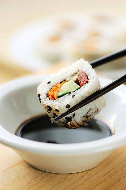 Dipping california roll sushi:スマホ壁紙(壁紙.com)