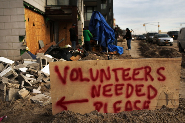 Volunteer「Recovery Continues Two Weeks After Superstorm Sandy」:写真・画像(10)[壁紙.com]