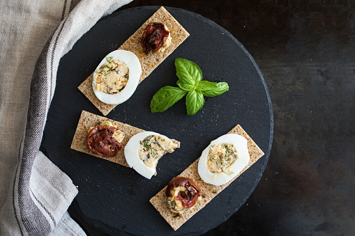 Food Styling「Rye crispbreads with deviled eggs and sundried tomatoes」:スマホ壁紙(17)