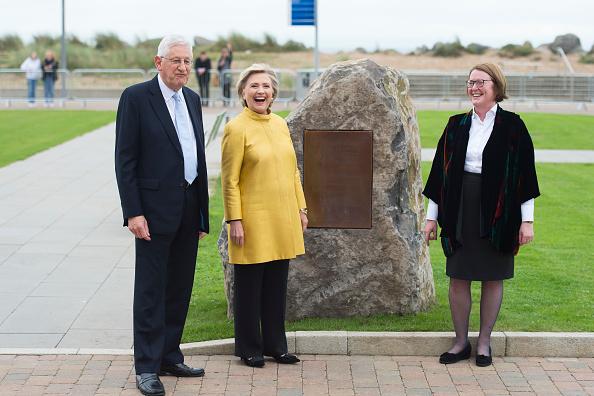 全身「Hillary Clinton Receives An Honorary Doctorate From Swansea University」:写真・画像(8)[壁紙.com]