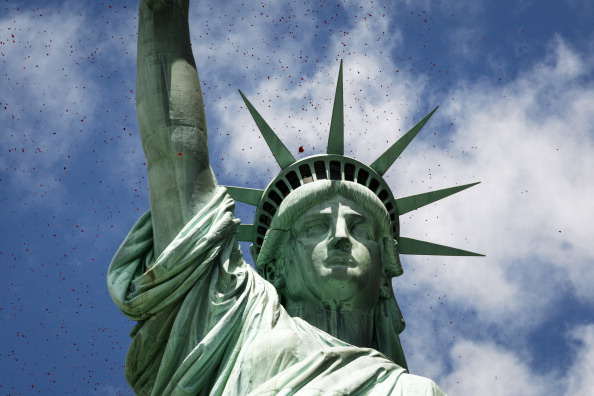Statue of Liberty - New York City「Million Rose Pedals Dropped Over Statue Of Liberty Commemorating 70th Anniversary Of D-Day」:写真・画像(2)[壁紙.com]
