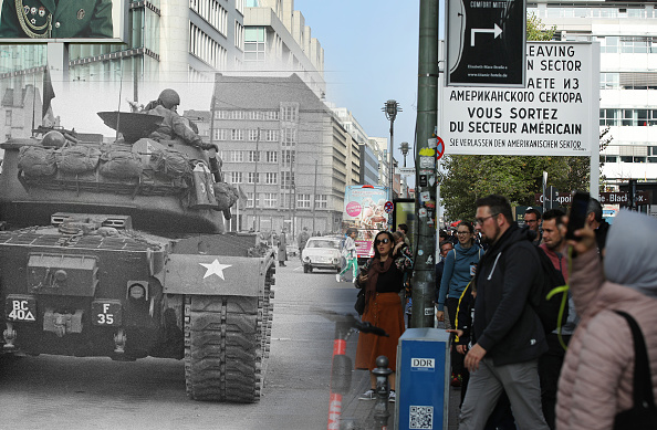 Composite Image「30 Years Since The Fall Of The Berlin Wall: Then And Now」:写真・画像(12)[壁紙.com]